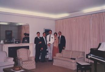O presidente e sua esposa (à dir.) oferecem-me um jantar de despedida em sua residência